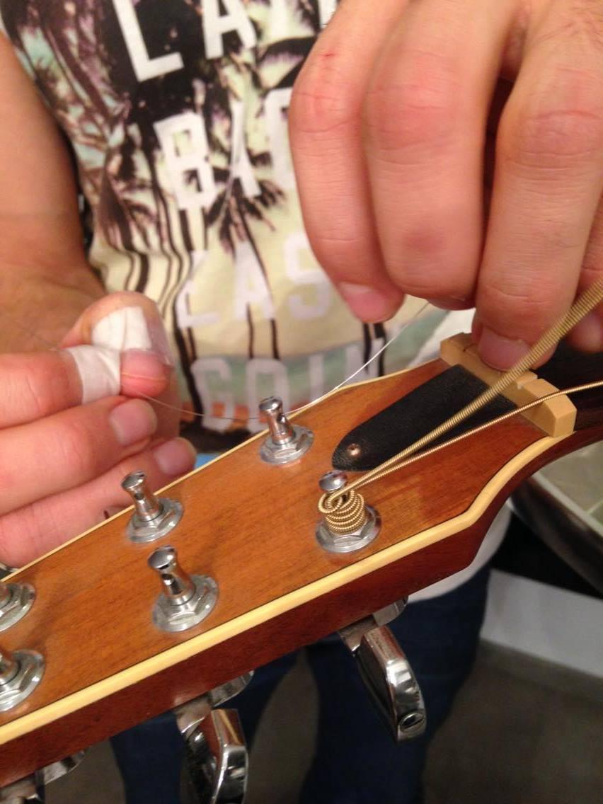 changer ses cordes de guitare folk