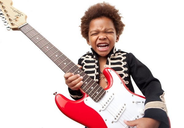 age-enfant-debuter-la-guitare