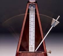 """Métronome à """"l'ancienne"""". J'en avais un comme celui-la lorsque j'ai commencé ! La partie lourde est réglable en hauteur, ce qui permet d'ajuster l'équilibre de la barre métallique verticale ayant pour effet d'accélérer ou de ralentir sa course, et donc sa vitesse mesuré du BPM !"""